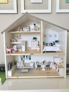 Maison de poupée Ikea – Ikea Hacks für Kinder // DIY Hacks for Kids – Chambre d'enfants Ikea Dollhouse, Girls Dollhouse, Wooden Dollhouse, Dollhouse Kits, Miniature Dollhouse, Doll House Plans, Barbie House, Doll Furniture, Modern Dollhouse Furniture