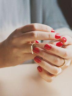 Sanfte Mature mit roten Nägeln