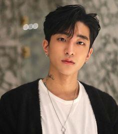 Korean Haircut Men, Asian Boy Haircuts, Asian Man Haircut, Korean Men Hairstyle, Haircuts For Men, Hair Korean Style, Hair Style Korea, Hairstyle Man, Middle Part Hairstyles Men