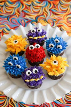 MONSTER-IFFIC CUPCAKES - Cute little monster cupcakes for a little boys birthday. Chocolate cupcakes with buttercream halloween cupcakes Fete Halloween, Halloween Cupcakes, Halloween Treats, Monster Birthday Parties, Monster Party, Monster Birthday Cakes, Monster High, Deco Cupcake, Cupcake Cakes