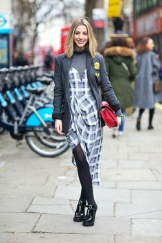 Lagenlook-Mode-idee-outfit-layering-asymmetrisches-kariertes-bustierkleid-rollkragenshirt-rote-damentasche-blazer