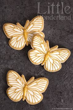 Mariposas de nacar y oro (butterfly cookies in pearl & gold) ~ recipe & deco tutorial: royal icing & Color Mist   from Little Wonderland via Google Translate