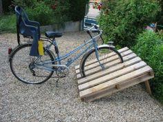Diy Storage Shed, Garden Tool Storage, Bike Storage, Pallet Bike Racks, Diy Bike Rack, Backyard Projects, Outdoor Projects, Garden Projects, Rack Velo
