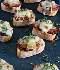 Easy Philly Cheesesteak Crostini - Cooking with Cakes Heavy Appetizers, Yummy Appetizers, Appetizers For Party, Appetizer Recipes, Tapas, Brunch, Game Day Food, Mets, Snacks