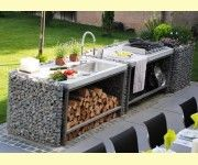 Outdoor-Küche aus Steinkörben mit eingepassten Arbeitsplatten