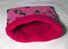 This comfy snuggle sack has a cute Minnie Mouse pattern. They are made with fleece on the inside for comfort and a durable flannel outside. The pattern may vary slightly depending on the print size!  Approx. Size W x L: 22 x 27 cm (8.5 x 10.5 inches) Small  Approx. Size W x L: 25 x 33 cm (10 x 13 inches) Large  These are handmade with love, and meant to keep your small ones cozy and warm! This is made for pet owners, by pet owners, in a smoke free home!  Machine or hand washable/Dryer safe…