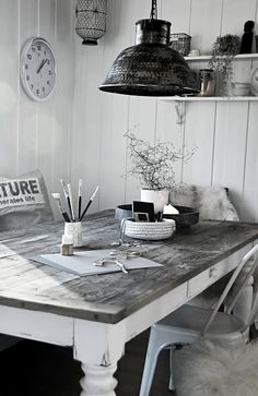 This charming dining area from @mrsmonda features black, white and greys. /ES