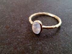 Dieser Ring verfügt über einen zarten echten Mondstein Edelstein-Reihe in 14-karätigem Gold füllte Ring.  => Edelstein-Art - Mondstein => Edelstein Größe - 5 * 7 mm => Edelstein Cut -...