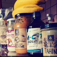 Koktajl mocy na 1,5 h przed treningiem Garść daktyli, łyżka oleju kokosowego, łyżka masła orzechowego, łyżka oleju mct, łyżka masła…