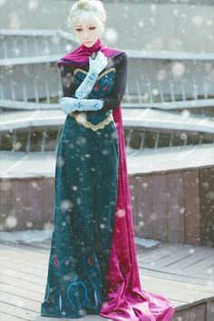 Elsa from Frozen coronation dress Cosplay Elsa Cosplay, Cosplay Frozen, Disney Cosplay, Cosplay Anime, Avatar Cosplay, Cosplay Pokemon, Frozen Costume, Cosplay Makeup, Cosplay Outfits