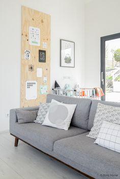 Joli canapé et très sympa l'idée du pan de mur en bois!!:)