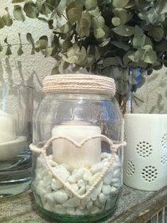 DIY y tutorial porta-velas. Candle Jars, Mason Jars, Nautical Bathroom Decor, Memory Box Dies, Minimal Decor, Hotel Decor, Bottles And Jars, Bottle Crafts, Diy Projects