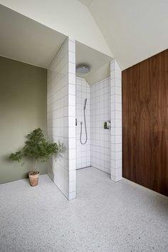 Smukt og enkelt badeværelse i 50ér stil - hvid terrazzo på gulvet!