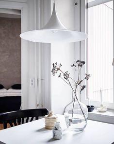 Stylish black and white home - via Coco Lapine Design Kitchen, ideas, diy, house, indoor, organization, home, design, cook, shelving, backsplash, oven, desk, decorating, bar, storage, table, interior, modern, life hack.