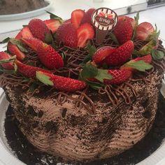 Novidade!!!! Torta de nutella oreo brigadeiro branco e morango #confeitariaelhajj by confeitariaelhajj http://ift.tt/1UkmeIx