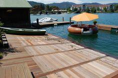 Der familiär geführte Bootsverleih am Ufer des Tegernsees besitzt ein eigenes Bootshaus dessen hölzerner und mit Efeu bewachsener Balkon über das Wasser hinausragt und von dort einen schönen Ausbl... https://www.locationrobot.de/filmlocation-miesbach-bootshaus-lr1593-li97