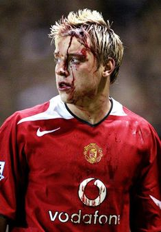 Alan Smith in bloodbath Ruud Van Nistelrooy, Blonde Hair Boy, Manchester United Football, Simply Red, Professional Football, Old Trafford, Premier League, Rugby, The Unit