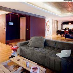 O hall de entrada do apartamento virou um laboratório de sensações no projeto do estúdio Superlimão. No lugar das paredes, os arquitetos colocaram portas de correr metálicas que se juntam no canto. Em uma delas, colocaram vários olhos mágicos e um quadro com espelho e leds.
