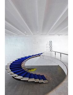 This freestanding staircase is located in Itamaraty Palace, the headquarters of Brazil's Ministry of External Relations in Brasília. The graceful helical structure, constructed from reinforced concrete, was designed by the late architect Oscar Niemeyer. Interior Staircase, Stairs Architecture, Staircase Design, Interior Architecture, Floating Staircase, Grand Staircase, Escalier Design, Take The Stairs, Stair Steps