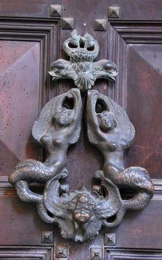 Two mermaids door knocker in Bologna, Italy - В Болонье дверные молотки утратили свою функциональность и превратились просто в украшения.