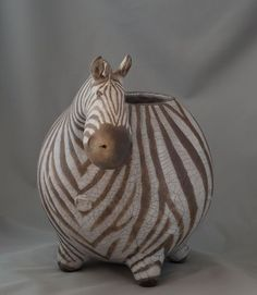Beautiful ceramic zebra made by artist Ekaterina Zaspa (KatochekZ – fb). White grogged clay, glazed, fired in raku kiln. Raku Pottery, Pottery Sculpture, Pottery Art, Pottery Animals, Ceramic Animals, Clay Animals, Ceramic Pots, Ceramic Clay, Paper Clay