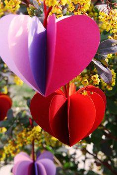 pripravili sme pre vás ďalší fotopostup, tentokrát budeme oslavovať na záhrade.   Pozvite kamarátky na záhradnú párty a zapojte ich do výroby týchto originálnych dekorácií. Anežka Haš...