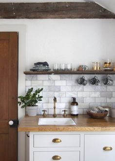 Catskills guest-house kitchenette with marble tile by Jersey Ice Cream Co. on Remodelista. Home Interior, Kitchen Interior, New Kitchen, Kitchen Dining, Kitchen Decor, Kitchen Rustic, Kitchen Styling, Decoration Inspiration, Decoration Design