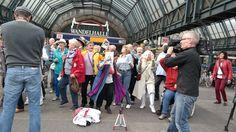 Mit Schwung und Spaß beim Senioren-Flashmob dabei. #Alter #Flashmob #Weltseniorentag