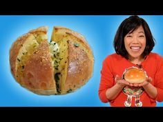 Let's make personal garlicbread Korean-style, stuffed with lightly sweetened cream cheese and dunked in a garlic butter sauce. Garlic Butter Sauce, Garlic Bread, Korean Street Food, Korean Food, Bakery Recipes, Cooking Recipes, Bun Recipe, Food Club, Stick Of Butter