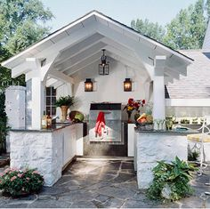 Whether big or small, an outdoor kitchen is a great way to open up your living space to nature, great for a family dinner or a big party!
