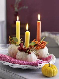 Man muss einen Kürbis nicht immer aushölen. Auch als Kerzenhalter machen sie eine gute Figur!