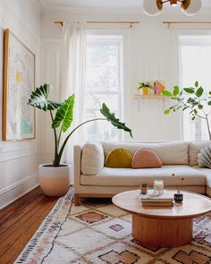 Colorful Bohemian Modern Brooklyn Apartment + How To Get The Look Let's visit a beautiful bohemian apartment today in Brooklyn, meet the homeowner, and see if there are any decorating ideas that we can apply to our own living space. Boho Living Room, Home And Living, Living Room Decor, Bedroom Decor, Bohemian Living, Living Room Warm Colors, Bedroom Workspace, Design Bedroom, Modern Living