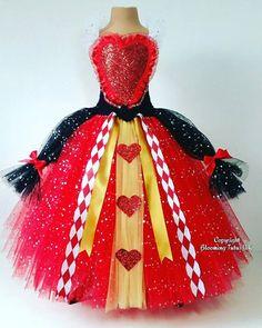 Deze super sparkly Red Queen tutu jurk zit vol sparkles, met veel rode harten en bogen en een witte sparkly kraag. De jurk heeft lagen van sprankelende rode en gouden tulle met sparkly zwarte Tule gebonden aan de zijkanten. Het is zeer regal. De toppen zijn bekleed vanaf leeftijd 4