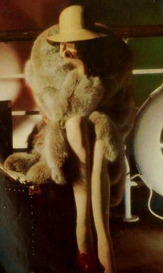 Anjelica Huston, Yves Saint Laurent, by David Bailey for Vogue UK, 1973 Vintage Beauty, Glamour Vintage, Vintage Fur, Retro Vintage, Vintage Ideas, Retro Chic, Vintage Bags, Vintage Designs, 70s Fashion