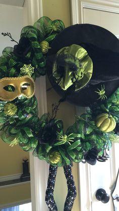 Green Couronne Diy, Halloween, Wreaths, Green, Home Decor, Homemade Home Decor, Door Wreaths, Deco Mesh Wreaths, Halloween Labels