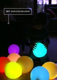 ballon lumineux: on met un stick lumineux (les mêmes que ceux qu'on enroule autour de notre poignet en soirée) dans le ballon (blanc), y a plus qu'a gonfler, faire un nœud et le tour est joué.