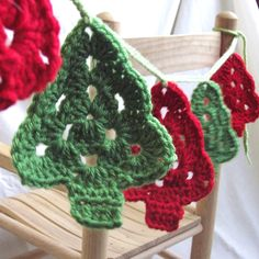 Crochet Patterns Christmas crochet christmas tree garland - beautiful garland for the tree or window. Crochet Christmas Garland, Crochet Garland, Christmas Tree Garland, Crochet Ornaments, Holiday Crochet, Christmas Knitting, Crochet Motif, Crochet Crafts, Yarn Crafts