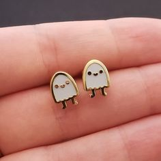 glow in the dark ghost earring Cute Jewelry, Jewelry Accessories, Fashion Accessories, Jacket Pins, Cute Earrings, Gold Earrings, Cute Pins, Pin And Patches, Pin Badges