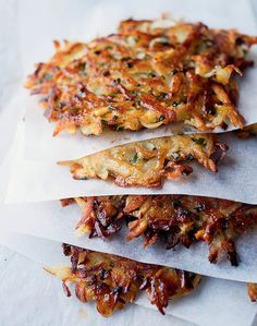 Ottelenghi latkes - (picture only - in Jerusalem cookbook) Best Italian Recipes, Jewish Recipes, New Recipes, Holiday Recipes, Favorite Recipes, Passover Recipes, Savoury Recipes, Potato Recipes, Ottolenghi Recipes
