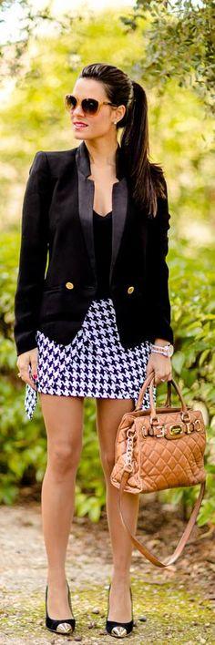 Houndstooth skirt http://crimenesdelamoda.com/2013/10/30/falda-pata-de-gallo/