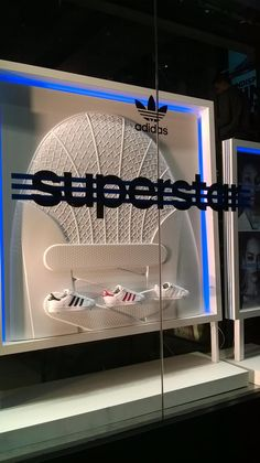 """(A través de CASA REINAL) >>>>  """"SUPERSTAR"""", at ADIDAS UK, """"Over-sized product replica is the focal point of this simple but effective display"""", by CREO RetailPOS, London,UK, pinned by Ton van der Veer"""