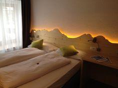 Als zusätzliches Stilelement im Zimmer dient die indirekte Beleuchtung hinter dem Betthaupt