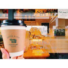 近頃はお洒落なコーヒースタンドが増えてきましたね。三軒茶屋にある「SHIROKUMA TOKYO(シロクマ トーキョー)」はシロクマが目印のユニークなコーヒースタンド。種類豊富なドリンクや個性的なフードメニューはどれも美味しい。シロクマトーキョーで癒されてみて♡