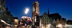 Markt Mechelen, zicht op Sint-Romboutstoren bij avondlicht ©Toerisme Mechelen