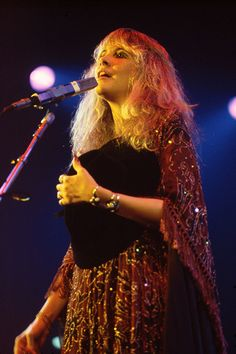 and another lovely photo of Stevie onstage ~ ☆♥❤♥☆ ~ taken by Neal Preston Look Vintage, Vintage Ladies, Rock And Roll Fantasy, Stevie Nicks Fleetwood Mac, Signature Style, Hard Rock, Singer, Beauty, Dresses
