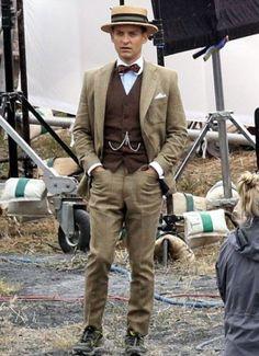 der große anzug von gatsby tobey maguire ~ The Great Gatsby Tobey Maguire Suit ~ Nigth outfits men; The Great Gatsby, Great Gatsby Fashion, Mens 20s Fashion, 1920s Mens Fashion Gatsby, 1920s Fashion Male, Fashion Vest, Fashion Rings, Gatsby Man, Gatsby Style