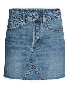 Kolla in det här! En kort 5-fickskjol i tvättad denim med slitna detaljer. Kjolen har rå kant nedtill. Knappgylf. - Besök hm.com för ännu fler favoriter.