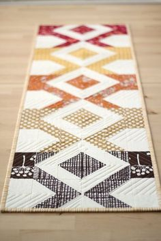 12 fall-themed table runner tutorials perfect for your Thanksgiving table or for a thank-you gift to a hostess. Perfect for precuts or scraps.