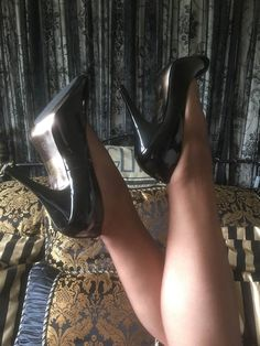 Sexy Heels, High Heels, 1950s Fashion, Vintage Fashion, Fully Fashioned Stockings, Glamorous Dresses, 1950s Style, Pointed Heels, Spike Heels