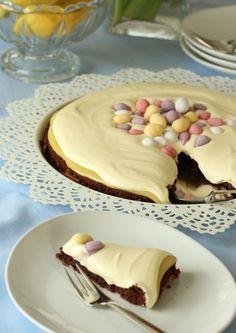Sjokoladekake med lemoncurd og hvit sjokoladekrem.